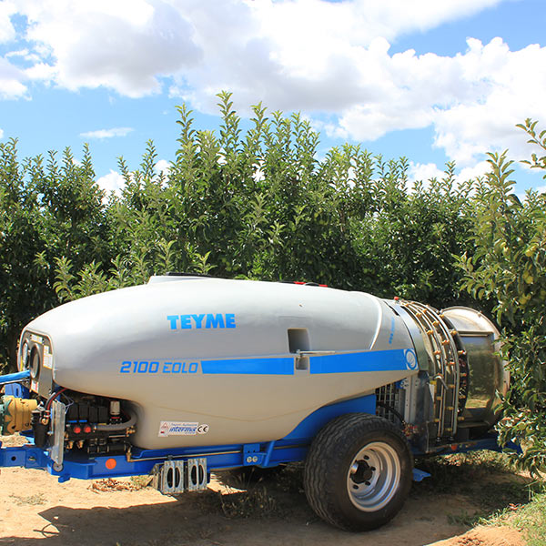 cleaning-of-an-agricultural-sprayer